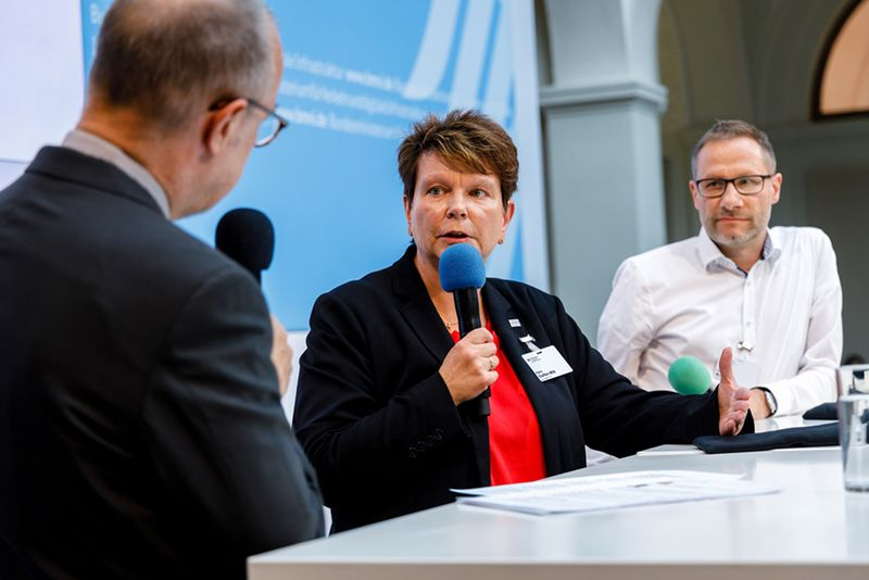 Karin Steffen-Witt in the talk on cybersecurity in the port environment