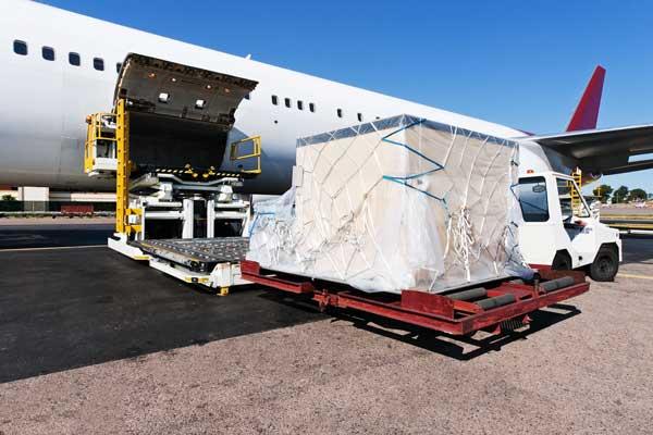 Luftfrachtexport: Flugzeug wird mit Luftfrachtcontainer beladen